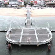 Très grande terrasse les pieds dans l'eau